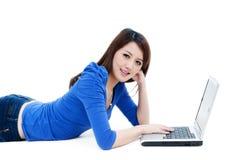 śliczny laptop używać kobiety potomstwo zdjęcia royalty free