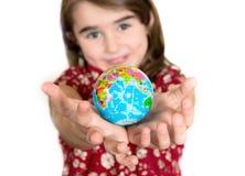 Śliczny lgirl trzyma małą Światową kulę ziemską na ona ręki Obraz Stock