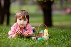 Śliczny Little Boy Cieszy się Jego Wielkanocnych jajka Zdjęcie Stock