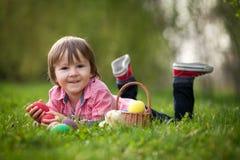 Śliczny Little Boy Cieszy się Jego Wielkanocnych jajka Zdjęcie Royalty Free