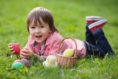 Śliczny Little Boy Cieszy się Jego Wielkanocnych jajka Obraz Royalty Free