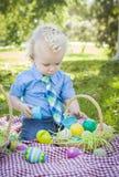 Śliczny Little Boy Cieszy się Jego Wielkanocnych jajka Outside w parku Obrazy Royalty Free
