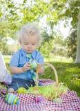 Śliczny Little Boy Cieszy się Jego Wielkanocnych jajka Outside w parku Obraz Stock
