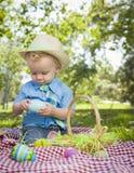 Śliczny Little Boy Cieszy się Jego Wielkanocnych jajka Outside w parku Fotografia Royalty Free
