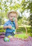Śliczny Little Boy Cieszy się Jego Wielkanocnych jajka Outside w parku Zdjęcie Royalty Free
