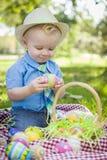 Śliczny Little Boy Cieszy się Jego Wielkanocnych jajka Outside w parku Zdjęcia Royalty Free