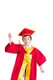 Śliczny Little Boy Jest ubranym Czerwonego toga dzieciaka skalowanie Z Mortarboard Zdjęcie Stock