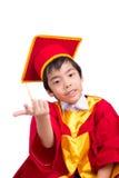 Śliczny Little Boy Jest ubranym Czerwonego toga dzieciaka skalowanie Z Mortarboard Obraz Royalty Free