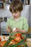 Śliczny Little Boy Próbuje Mocno Zostać Wielkim szefem kuchni Obrazy Royalty Free