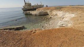Śliczny mężczyzna blisko shipwreck na morzu śródziemnomorskim zdjęcie wideo