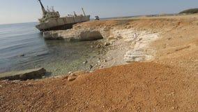 Śliczny mężczyzna opowiada na telefonie na skale w Cypr zbiory wideo