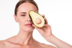 Śliczny młodej kobiety mienia avocado Fotografia Royalty Free