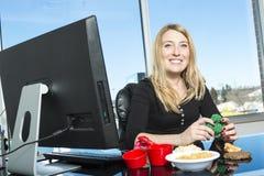 Śliczny młody żywiony w biurze Zdjęcia Royalty Free