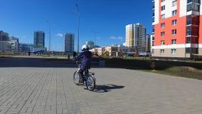 Śliczny młody chłopiec jazdy rower w późnego popołudnia słońcu, widok od plecy, zdrowy aktywności pojęcie Dzieciak chłopiec jazda fotografia stock