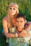 Śliczny młody człowiek i świetna kobieta siedzimy na łące. Obraz Stock