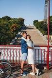 Śliczny młody piękny modniś pary przytulenie z Potemkin schodkami przy tłem, szczęśliwy uśmiechnięty plenerowy portret obraz stock