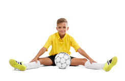 Śliczny młody sportowiec w żółtym czerni i koszulce zwiera obsiadanie na podłoga odizolowywającej na białym tle obraz stock