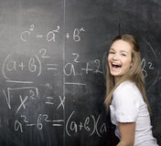 Śliczny młody studencki pobliski blackboard z kopii książki kalkulatora piórem, kopii przestrzeń Obrazy Stock