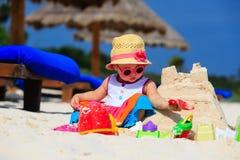 Śliczny mała dziewczynka budynku sandcastle na lecie obraz royalty free