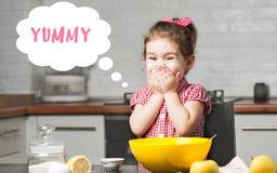 Śliczny mała dziewczynka piekarz na kuchni z wypiekowymi składnikami bąbla graficznej osoby mowy target14_0_ wektor Zdjęcia Royalty Free