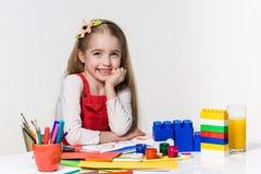 Śliczny mała dziewczynka rysunek z farbą i paintbrush w domu Zdjęcia Royalty Free
