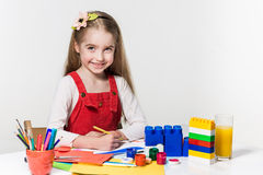 Śliczny mała dziewczynka rysunek z farbą i paintbrush w domu Zdjęcie Royalty Free