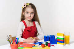 Śliczny mała dziewczynka rysunek z farbą i paintbrush w domu Fotografia Royalty Free