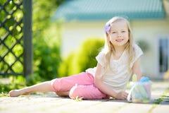 Śliczny mała dziewczynka rysunek z kolorowym pisze kredą na chodniczku Lato aktywność dla małych dzieciaków Obraz Royalty Free