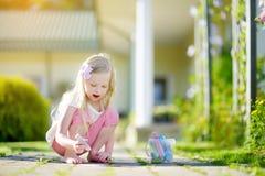 Śliczny mała dziewczynka rysunek z kolorowym pisze kredą na chodniczku Lato aktywność dla małych dzieciaków Zdjęcie Royalty Free