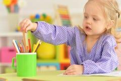Śliczny mała dziewczynka rysunek z ołówkiem Zdjęcia Royalty Free