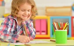 Śliczny mała dziewczynka rysunek z ołówkiem Obraz Stock