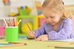 Śliczny mała dziewczynka rysunek z ołówkiem Fotografia Stock