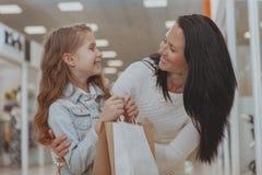 Śliczny mała dziewczynka zakupy przy centrum handlowym z jej matką fotografia stock