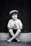 Śliczny małe dziecko, chłopiec, trzymający dużego metalu klucz i książkę, willin Zdjęcia Royalty Free