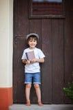 Śliczny małe dziecko, chłopiec, trzymający dużego metalu klucz i książkę, willin Fotografia Stock