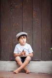 Śliczny małe dziecko, chłopiec, trzymający dużego metalu klucz i książkę, willin Obraz Stock