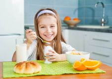 Mała dziewczynka je jej śniadanie Zdjęcie Royalty Free