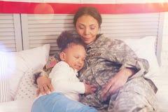 Śliczny małej dziewczynki dosypianie w matka uścisku Fotografia Royalty Free