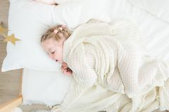 Śliczny małej dziewczynki dosypianie zakrywający w białej koc fotografia royalty free