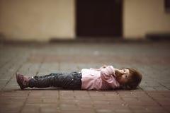 Śliczny małej dziewczynki lying on the beach na asfalcie Obraz Stock