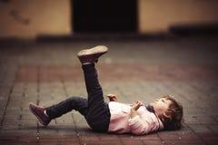 Śliczny małej dziewczynki lying on the beach na asfalcie Fotografia Royalty Free