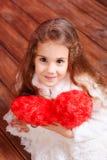 Śliczny małej dziewczynki mienia valentine serce Zdjęcie Royalty Free