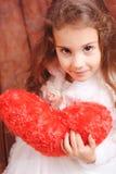 Śliczny małej dziewczynki mienia valentine serce Zdjęcia Royalty Free