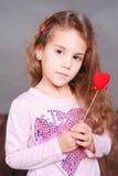 Śliczny małej dziewczynki mienia valentine serce Obrazy Royalty Free