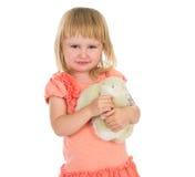 Śliczny małej dziewczynki mienia zabawki królik Zdjęcia Royalty Free