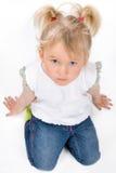 Śliczny małej dziewczynki obsiadanie na podłoga Obrazy Stock