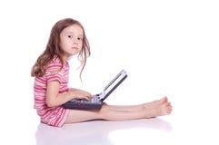 Śliczna dziewczyna z laptopem fotografia stock