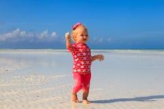 Śliczny małej dziewczynki odprowadzenie na lato plaży Obrazy Royalty Free