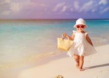 Śliczny małej dziewczynki odprowadzenie na lato tropikalnej plaży Obraz Royalty Free
