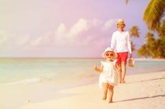 Śliczny małej dziewczynki odprowadzenie na plaży z ojcem Obraz Royalty Free